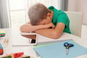 Niño durmiendo en clase